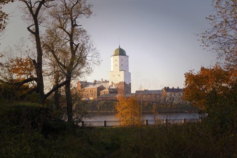 维堡城堡在维堡,列宁格勒地区,俄罗斯 古老堡垒的看法在海岛上的在秋天 库存照片
