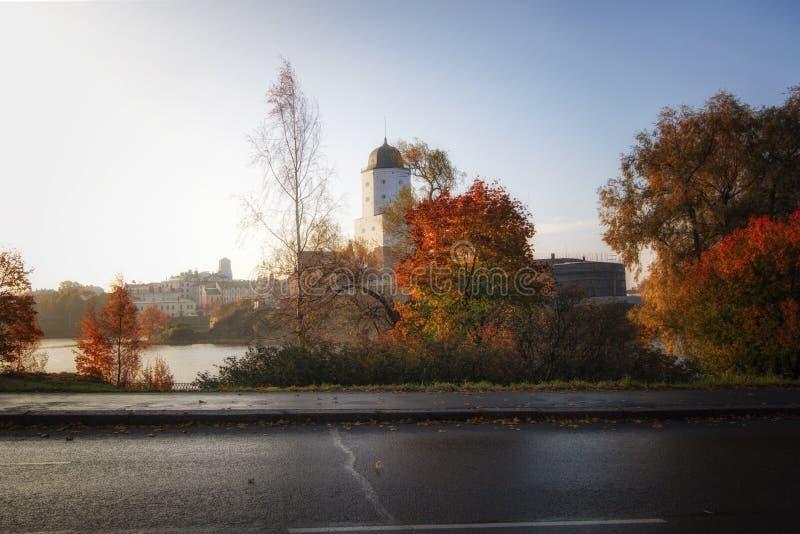 维堡城堡在维堡,列宁格勒地区,俄罗斯 古老堡垒的看法在海岛上的在秋天 免版税库存照片