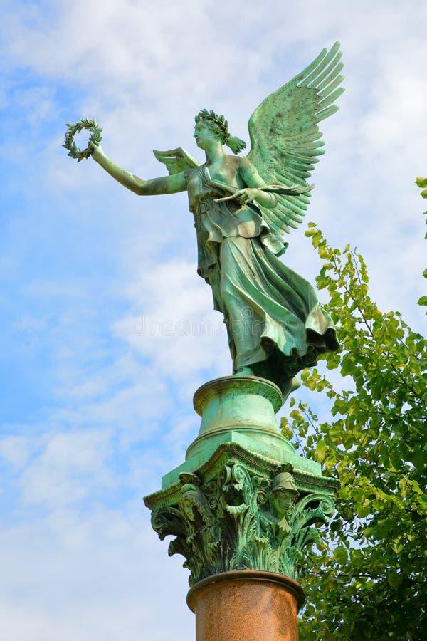 维多利亚一个铜雕塑在夏洛特堡宫施洛斯夏洛登堡,柏林,德国德国庭院里  免版税库存图片