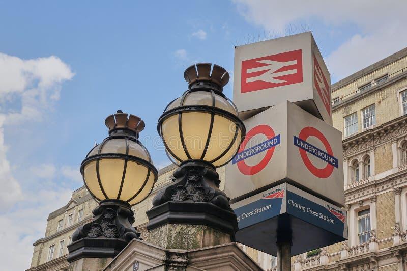 维多利亚女王时代的地球光和地下标志在查令十字火车站伦敦之外 免版税库存图片