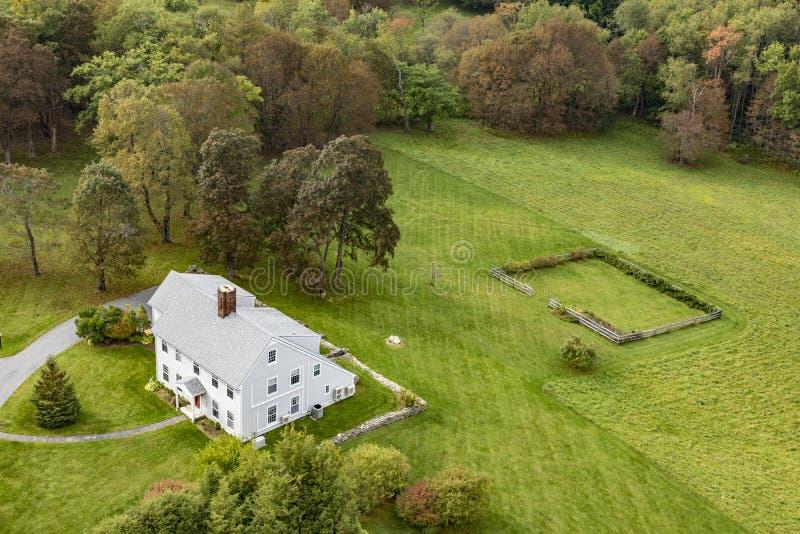 维多利亚女王时代的样式的典型的木小农厂房子在本宁顿 免版税库存照片