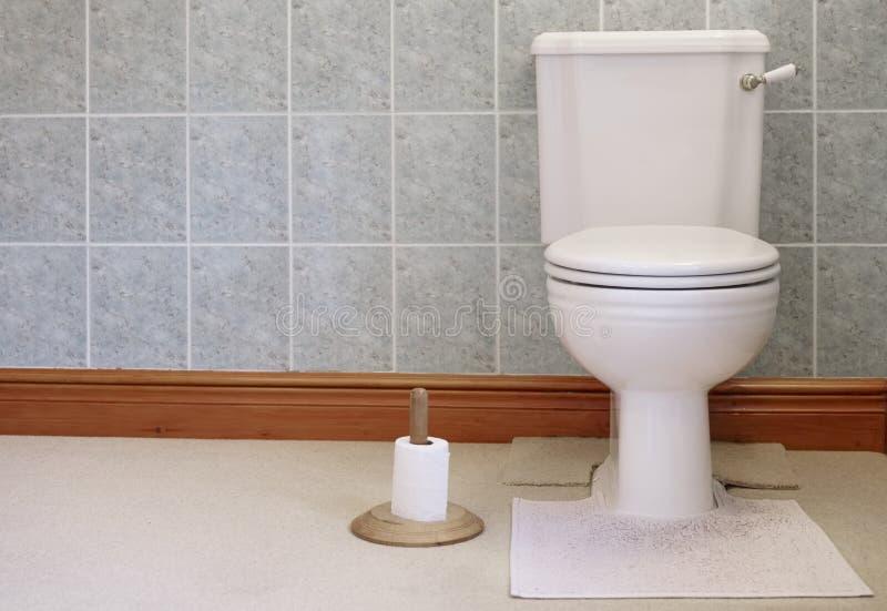 维多利亚女王时代的洗手间平底锅储水池关闭结合了杠杆充足的白色和金木纸持有人 库存图片