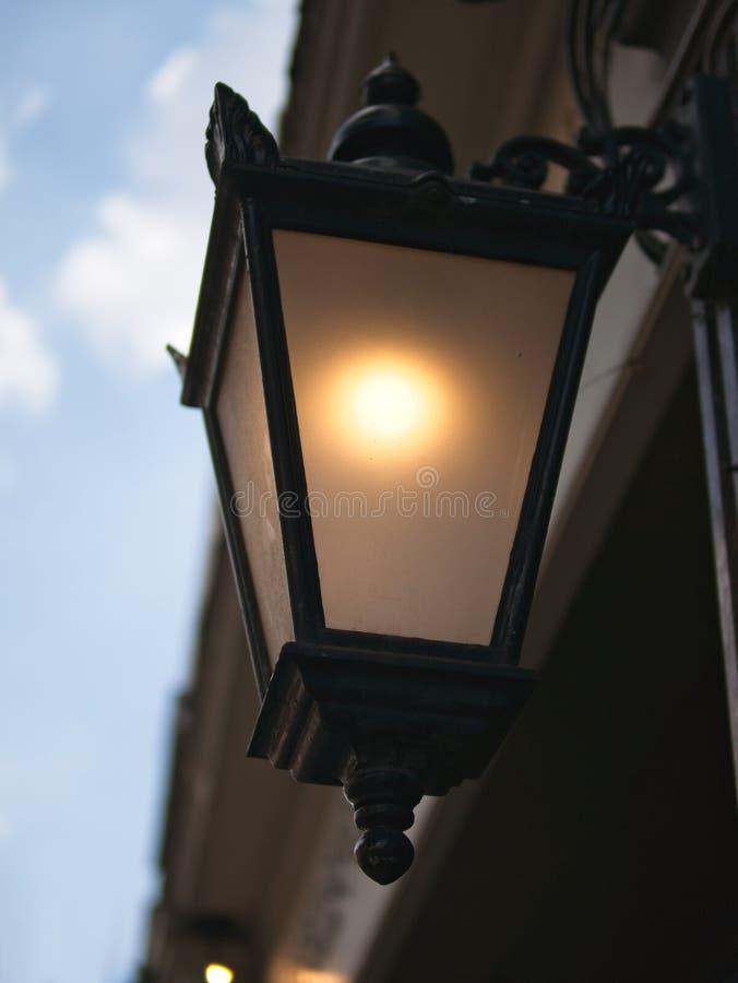 维多利亚女王时代的街灯特写镜头在黄昏的 免版税库存图片
