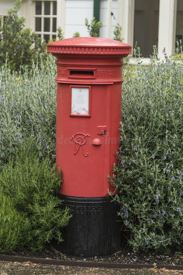 维多利亚女王时代的邮筒岗位箱子 免版税库存图片
