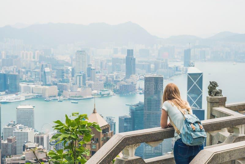 维多利亚峰顶的少妇旅客反对backdro的 免版税库存图片