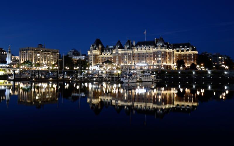 维多利亚市,大厦夜视图在水中被反射 库存图片