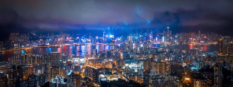维多利亚港口,香港夜  引发在城市附近的光 库存照片