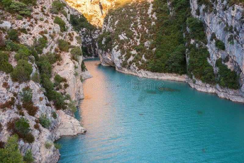 维尔东峡谷、著名峡谷令人惊讶的风景与绕绿松石绿的颜色河的和高岩石在阿尔卑斯,普罗旺斯,法国 免版税库存照片