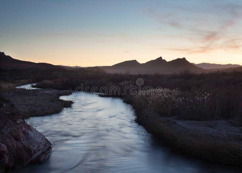 维尔京河在犹他南部跑这里在野草毗邻的银行之间 免版税库存照片