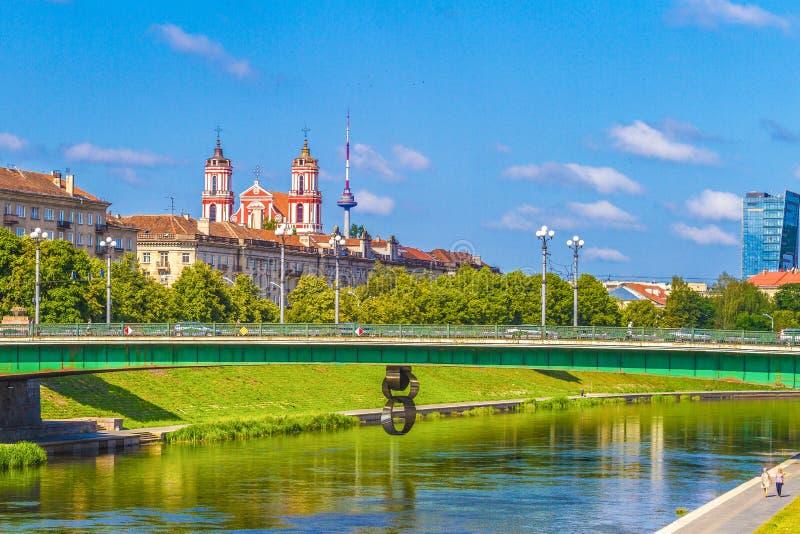 维尔纽斯立陶宛, 2018年7月19日:维尔纽斯与涅里斯河河,绿色桥梁的市视图在维尔纽斯,立陶宛,欧洲 免版税库存图片