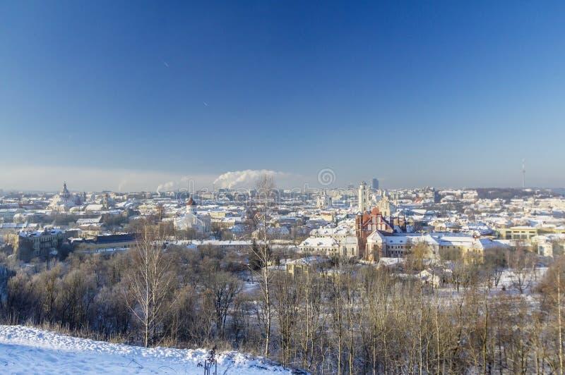 维尔纽斯老镇视图在明亮的晴朗的寒冷 免版税图库摄影
