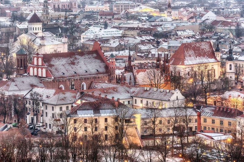 维尔纽斯,立陶宛:老镇的鸟瞰图在冬天 库存照片
