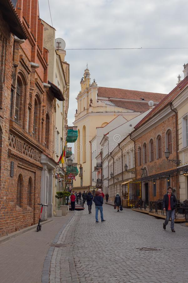 维尔纽斯,立陶宛- 2019年4月11日:游人和当地居民在维尔纽斯奥尔德敦街道上  库存照片