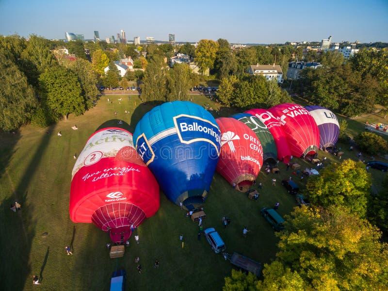 维尔纽斯,立陶宛- 2018年9月20日:热空气气球在准备好的维尔纽斯飞行 维尔纽斯老镇在背景中 立陶宛 库存图片