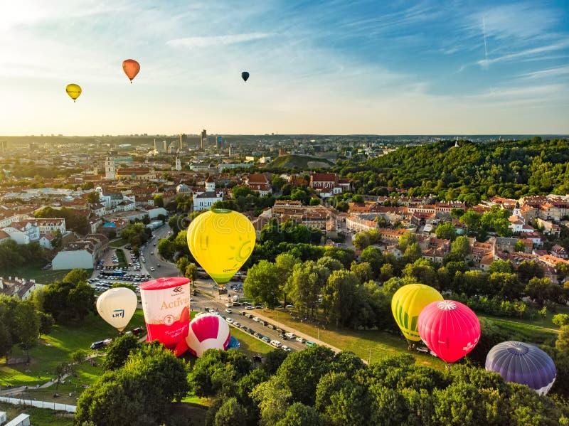 维尔纽斯,立陶宛- 2018年8月15日:离开在维尔纽斯市老镇的五颜六色的热空气气球在晴朗的夏天晚上 库存照片
