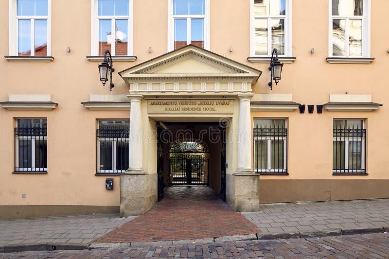 维尔纽斯,立陶宛- 2017年11月5日:美丽的木前门在与照亮的晚上 免版税库存照片