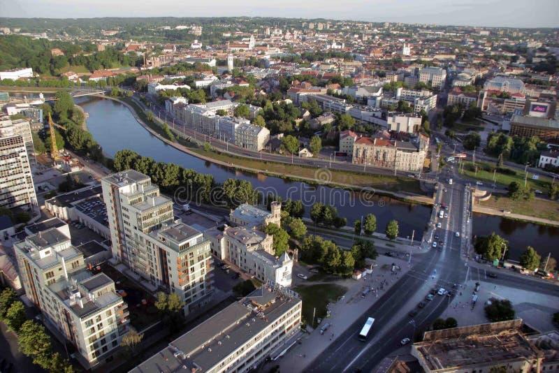 维尔纽斯:维尔纽斯老镇,绿色桥梁,河涅里斯河鸟瞰图在维尔纽斯,立陶宛 库存图片