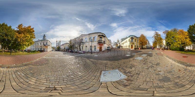 维帖布斯克,白俄罗斯- 2018年10月:充分的无缝的全景360度在老旅游镇步行街道地方的角度图  库存照片