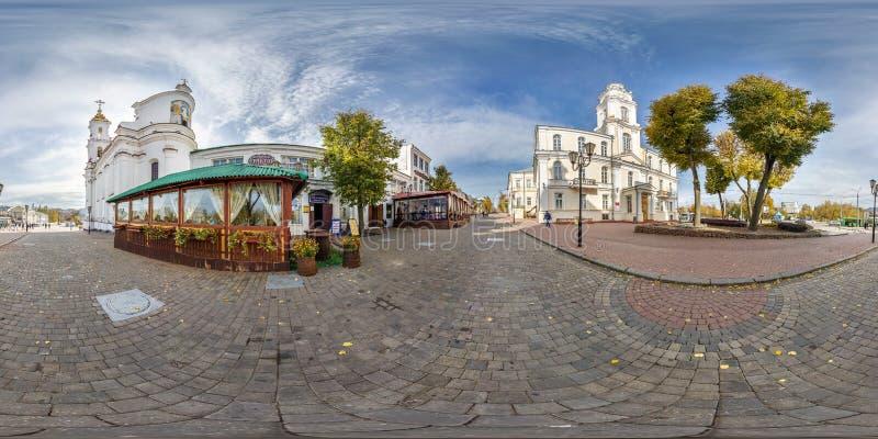 维帖布斯克,白俄罗斯- 2018年10月:充分的无缝的全景360度在老旅游镇步行街道地方的角度图  免版税库存照片
