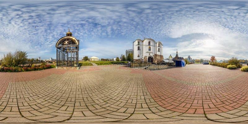 维帖布斯克,白俄罗斯- 2018年10月:充分的无缝的球状全景360度在小古老教会附近的角度图在市中心 免版税库存图片