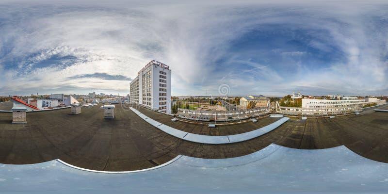 维帖布斯克,白俄罗斯- 2018年8月:充分的无缝的球状hdri全景360度在俯视大厦的屋顶的角度图老 免版税库存图片