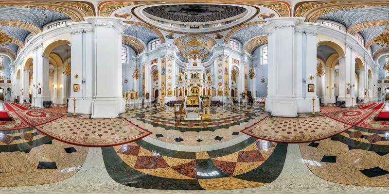 维帖布斯克,白俄罗斯- 2018年10月:在令人敬畏的东正教里面内部的充分的无缝的全景360角度程度视图  360 免版税图库摄影