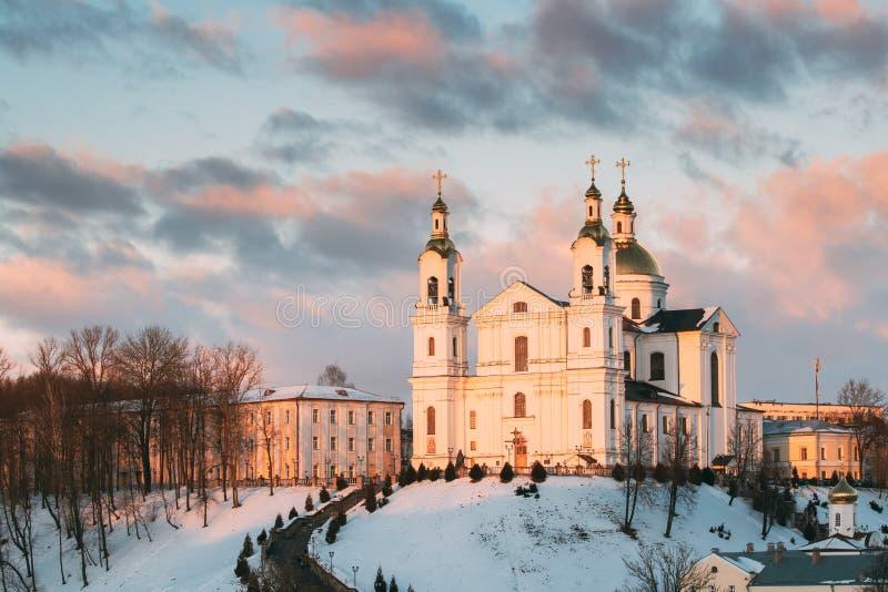 维帖布斯克,白俄罗斯 易三仓礼拜堂教会在乌斯片斯基登上小山的上部镇在冬天日落期间 著名历史 库存图片