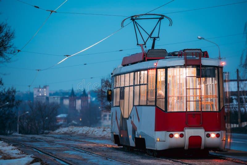 维帖布斯克,白俄罗斯 移动公开老减速火箭的电车后面看法近 免版税库存图片
