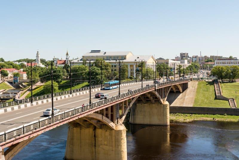 维帖布斯克-2018年5月21日:基洛夫桥梁和以雅克布・科拉斯命名的戏曲剧院 免版税图库摄影