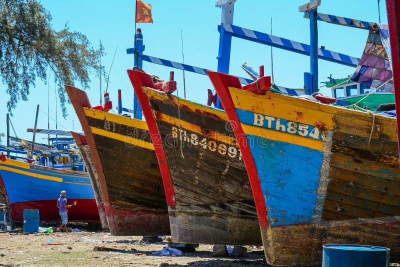 维护在海滩的渔船 库存图片