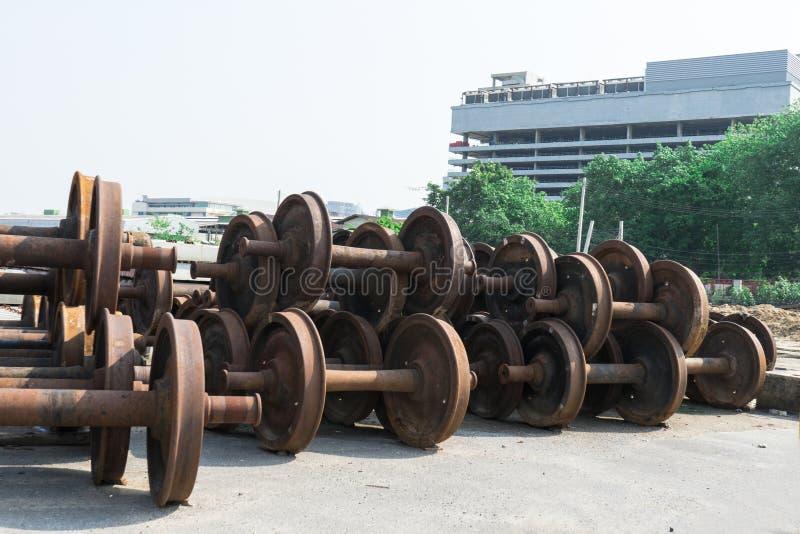 维护的火车轮子在火车站 库存图片