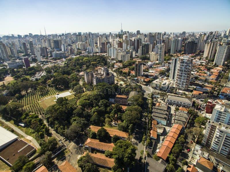 维拉玛丽安娜邻里的大厦和房子的全景在São保罗,巴西 库存图片
