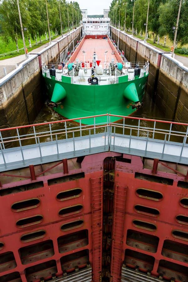 维捷格拉,俄罗斯- 2015年8月16日:货船进入了白色海波罗地运河门户 它在北极连接白海, 免版税库存照片