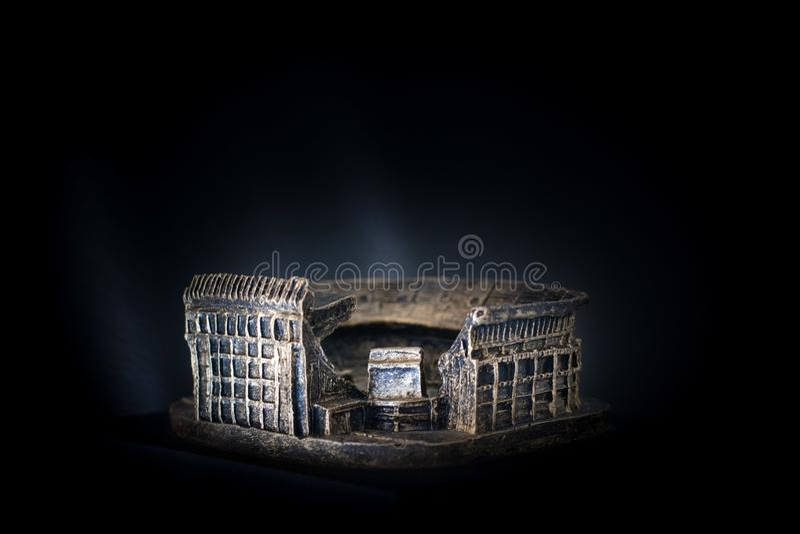 维森特卡尔德隆橄榄球场 著名足球队员Atletico de马德里体育场的金黄拷贝在黑暗的背景的 图库摄影