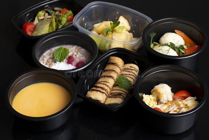 维生素、macronutrients和矿物在适当的营养,平衡饮食在eco食盒,超级食物方面 免版税图库摄影