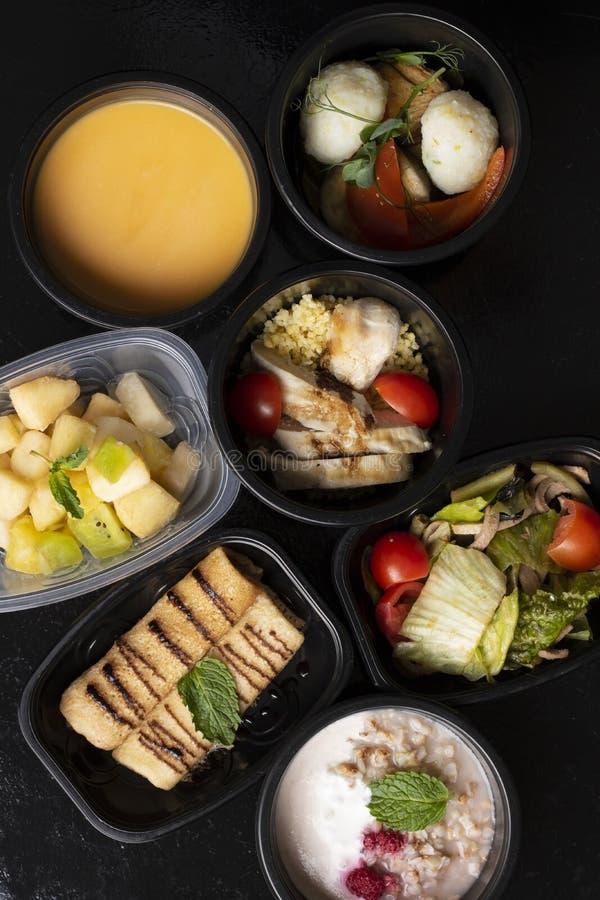 维生素、macronutrients和矿物在适当的营养,平衡饮食方面在eco食盒 库存图片