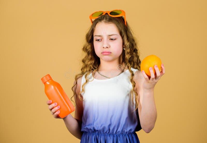 维生素营养 刷新的维生素汁液 夏天维生素饮食 自然维生素来源 哀伤的女孩饮料新鲜的桔子 库存照片