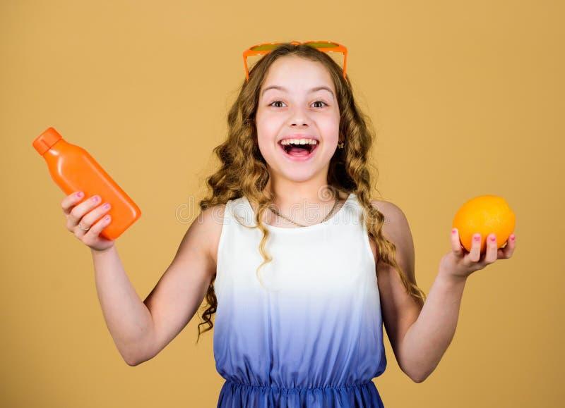 维生素营养 时尚孩子太阳镜喝刷新的维生素汁液 E 夏天维生素饮食 ?? 免版税库存照片