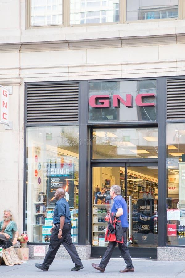 维生素&补充- GNC商店外视图在纽约 库存图片