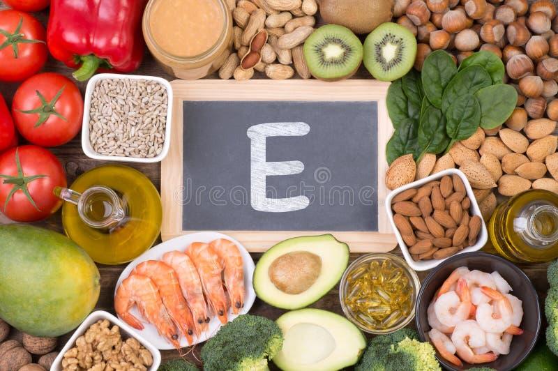 维生素E食物来源,在木背景的顶视图 免版税库存照片