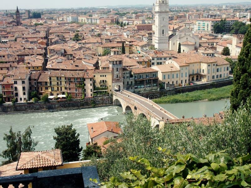 维罗纳全景和Ponte彼得拉罗马桥梁从小山 图库摄影