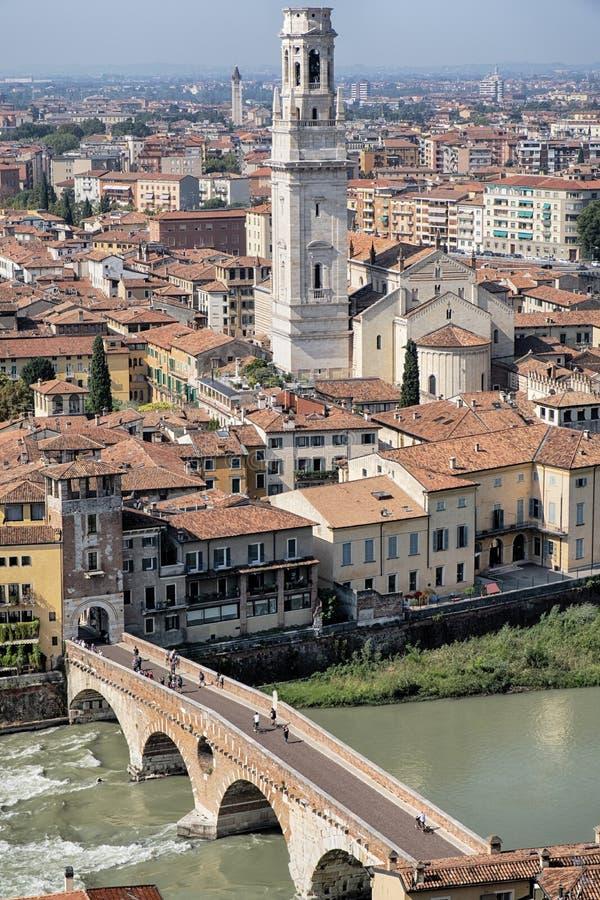 维罗纳在阿迪杰河的石头桥梁 免版税库存图片
