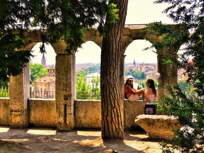 维罗纳意大利/6月21日2012/A女性游人聊天给朋友w 库存照片
