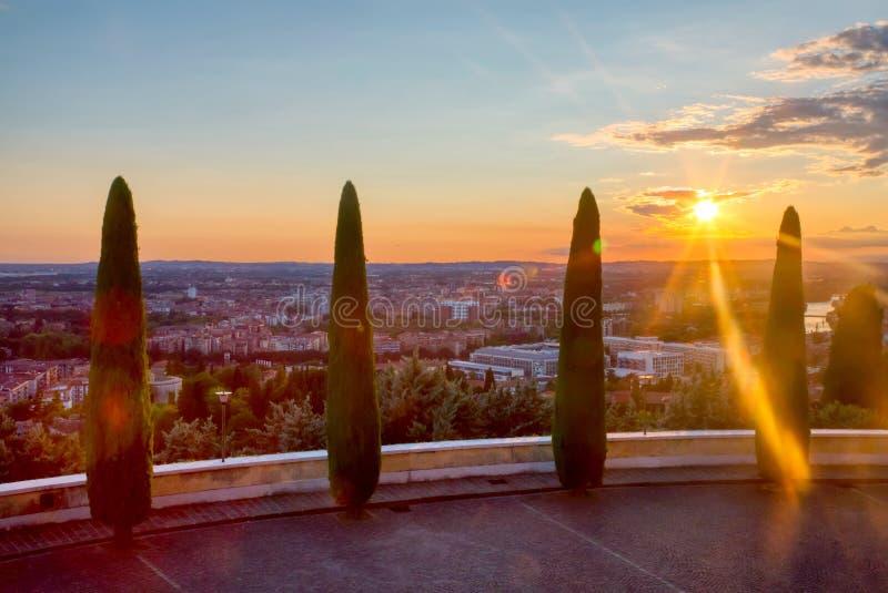 维罗纳美好的日落视图有柏树的 威尼托地区在意大利 维罗纳日落都市风景 库存图片