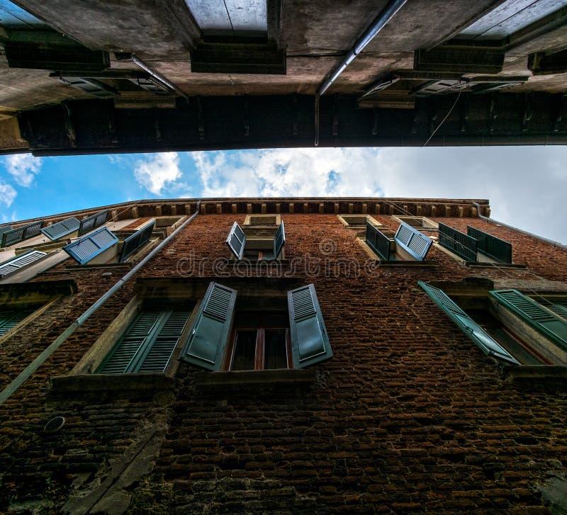 维罗纳老墙壁和窗口  免版税库存图片