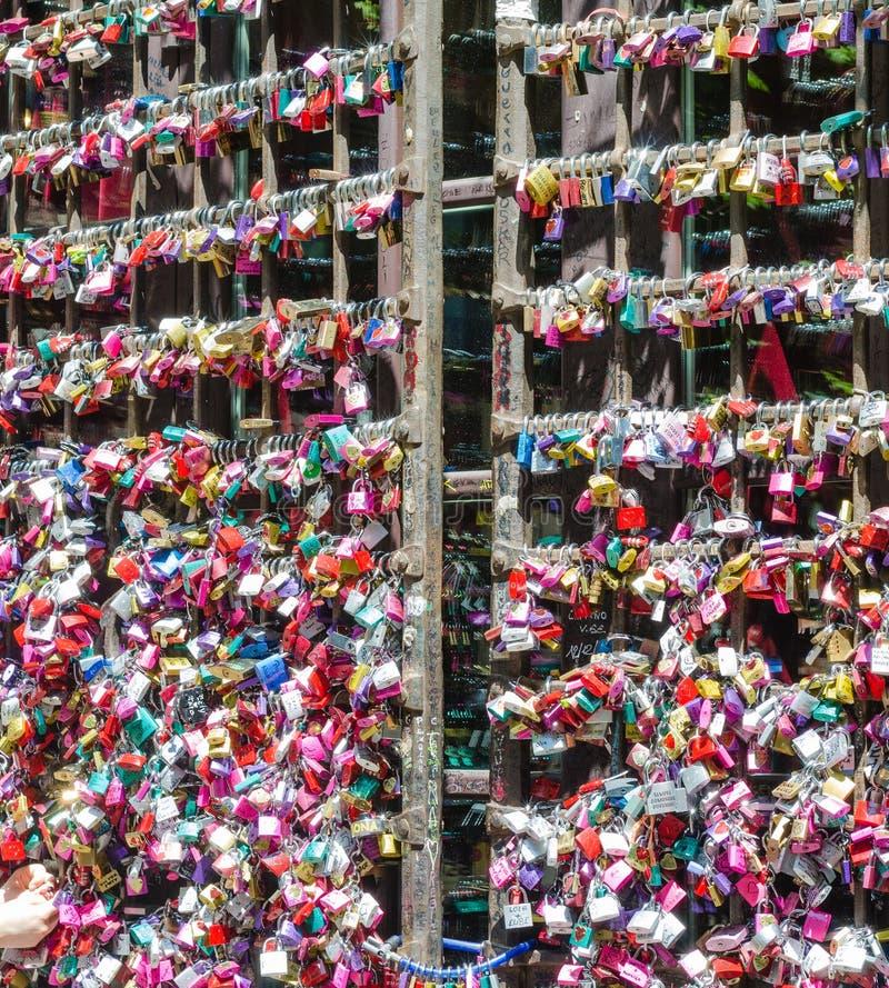 维罗纳,意大利–2014年7月19日:进口的特写镜头对朱丽叶的房子的在维罗纳 有很多五颜六色的挂锁  免版税库存图片