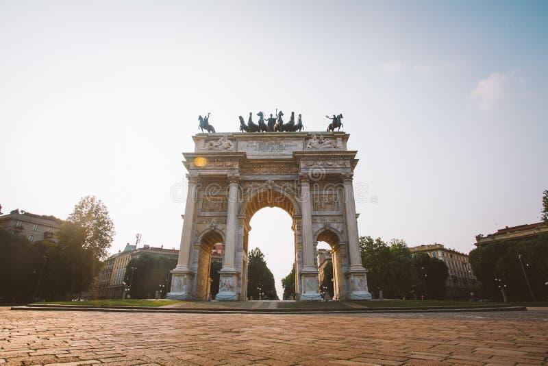维罗纳,意大利2013年7月13日:和平曲拱在Sempione公园,米兰,伦巴第,意大利 亦称Arco della步幅波尔塔Sempione在米兰, I 库存图片