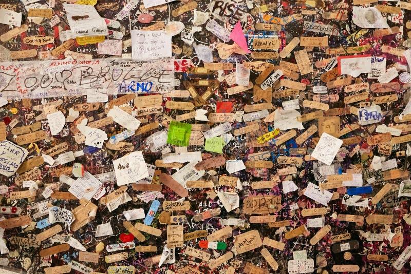 维罗纳,意大利- 2017年8月17日:朱丽叶-维罗纳议院  有爱笔记的墙壁  库存图片