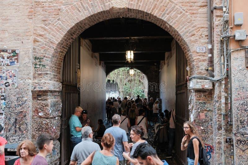 维罗纳,游人A人群入口的对Julieta房子庭院  免版税库存照片
