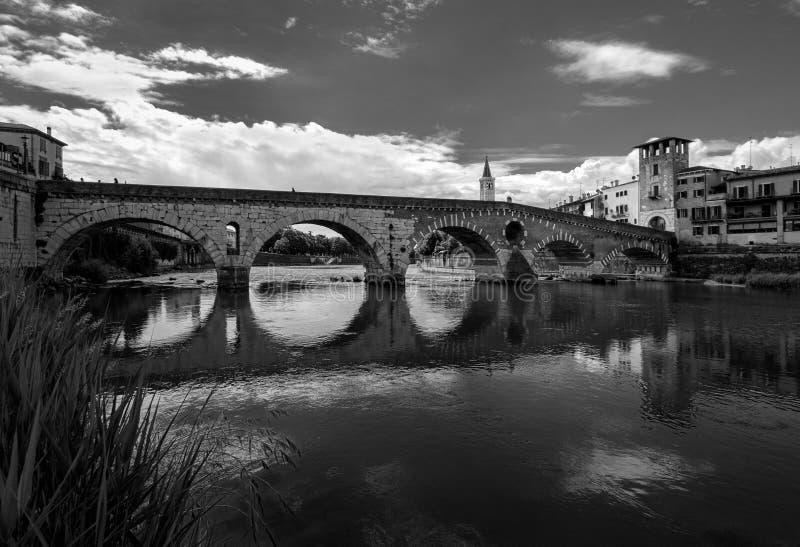 维罗纳 圣皮特圣徒・彼得` s桥梁看法  阿迪杰河的看法 意大利 黑色白色 库存图片